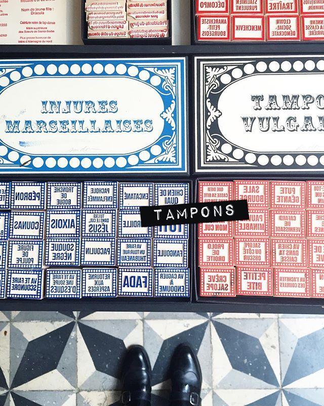 Se délecter des bons mots de @le.tampographe.sardon ⚓️ #letampographesardon #cynisme #love  #stamp #handcraft #madeinfrance #tampographe #nevroseparisien #madeineparis #parisjetaime #keepwalking