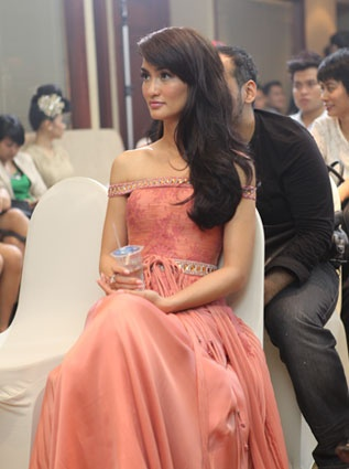 This is Atiqah Hasiholan, an Indonesian actress. I love her dress choice, hair style, and elegant style.    Source: http://www.fimela.com