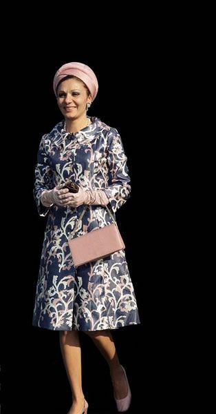 Farah Diba, reina y emperatriz de Irán ( 1959-1979) vestida por Keyvan Khosrovani, un diseñador y arquitecto iraní que estudió en Francia y que tuvo contacto con Balmain. A su vuelta a Irán, en 1966, fue nombrado el modista oficial de Farah Pahlevi, por lo que a partir de entonces y hasta 1979 fue él quien se encargó de, no sólo el diseño de sus vestidos de gala, sino también de los conjuntos de diario.  http://www.keyvan-khosrovani.com/