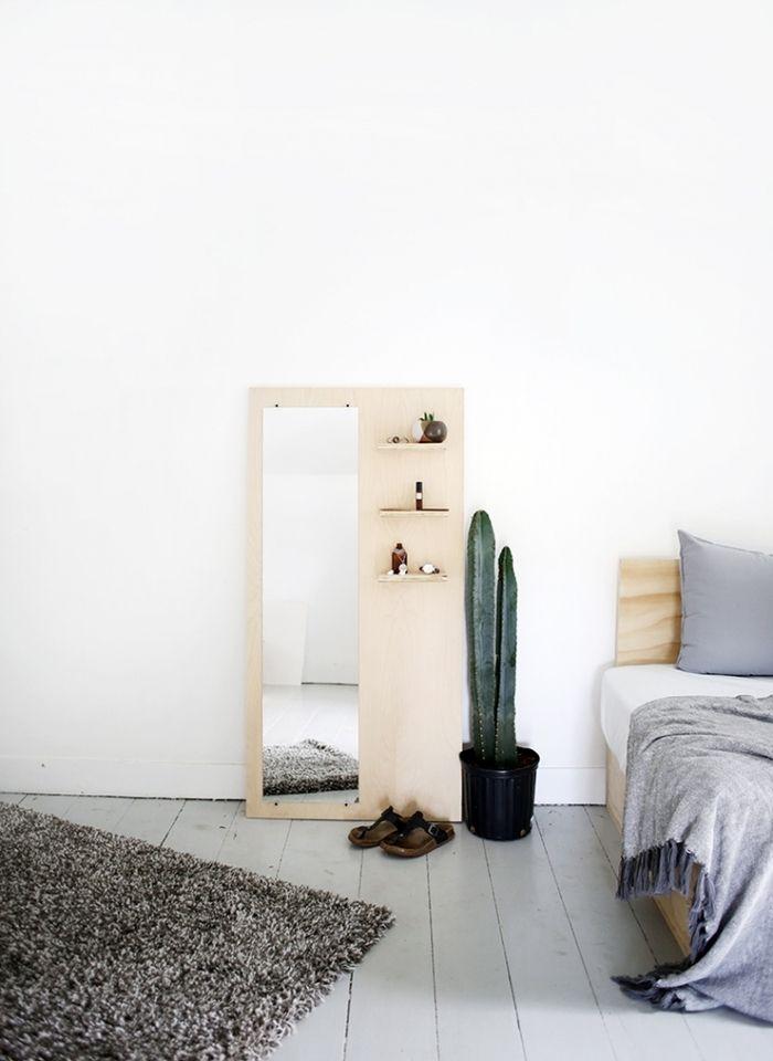 Что делать, если хочется зеркало во весь рост, а стены сверлить нельзя? Делимся идеями: для комнат побольше и поменьше.
