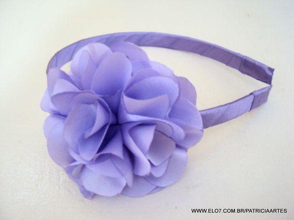 Tiara forrada com fita de cetim. Flor de cetim. A flor mede aproximadamente 8 cm. Serve em crianças a partir de 2 anos ate adultos.  IMPORTANTE!!! LEIA AS POLÍTICAS DA LOJA ANTES DE ENVIAR SEU PEDIDO. R$ 12,90