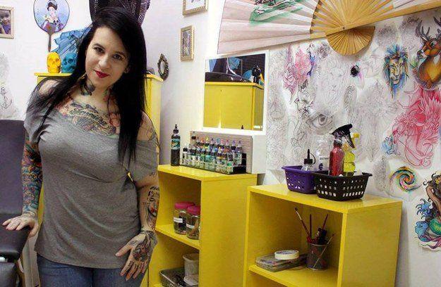 Elle fait des tatouages gratuits pour des victimes de violences conjugale Flavia Carvalho est une jeune tatoueuse brésilienne qui officie à Curitiba
