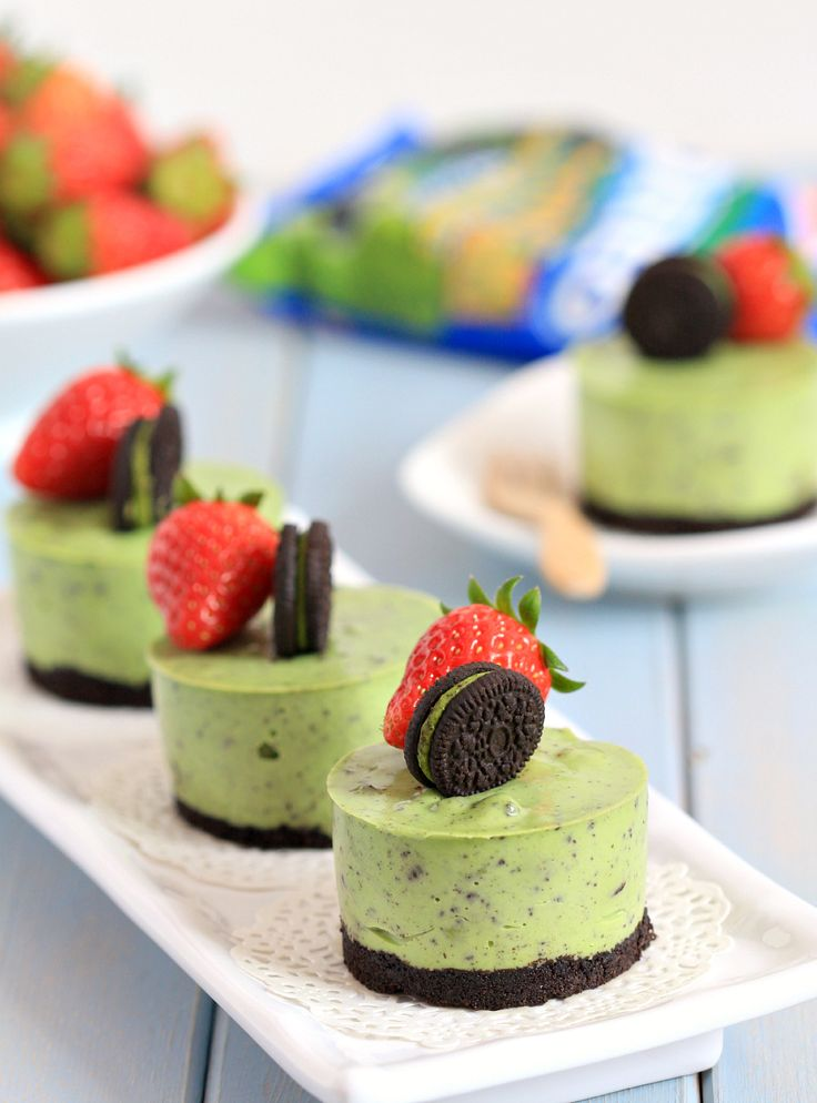 my bare cupboard: No-bake matcha Oreo mini cheesecakes. Interesting combination but looks good.
