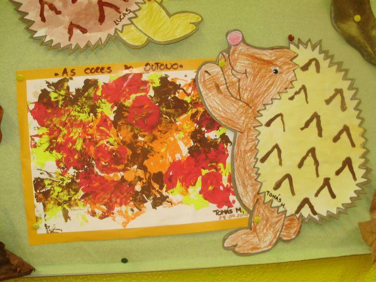 Este mês temos conversado sobre o Outono, suas cores e mudanças...   Aqui estão alguns dos trabalhos que fizémos.     A nossa árvore de Outo...