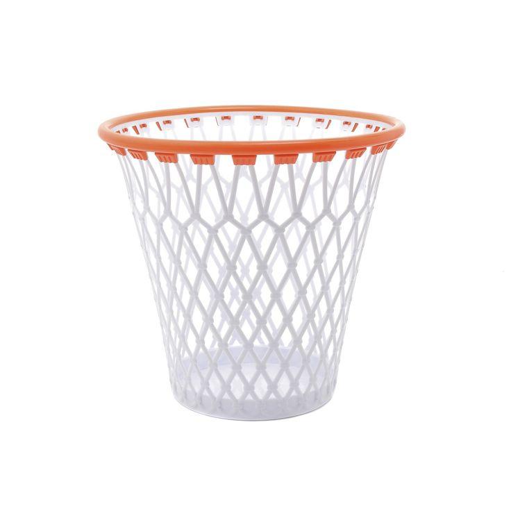 Cestino per rifiuti a forma di canestro da basket.