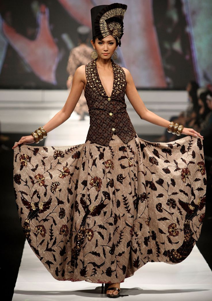 Batik combination. Love the long skirt (isen-isen galaran pas dipadukan dengan motif flora)