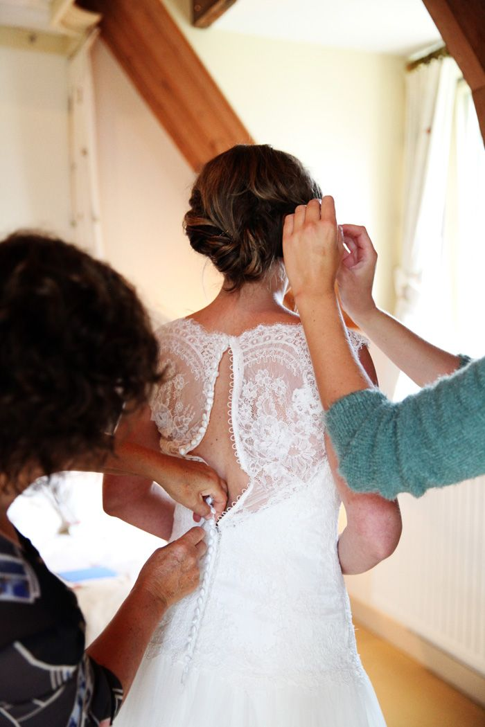 Leuk! moeder jurk dicht doen en schoonmoeder de sieraden omdoen