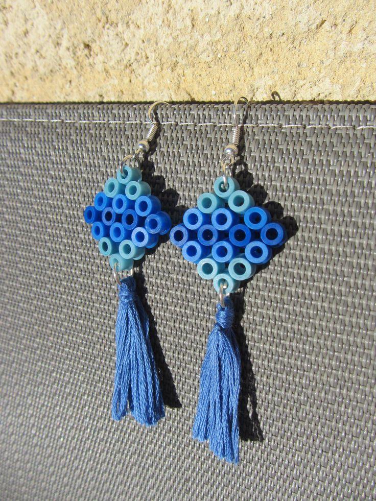 boucles d'oreilles perles à repasser Hama losange et pompon bleu : Boucles d'oreille par solama-de-pacotille