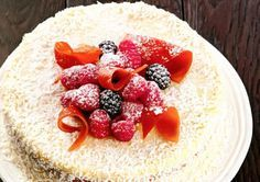 Кокосовый торт со сгущенкой   Кто не любит кокосовый торт? Всем вспоминаются сразу Рафаэлло! В России в 2009 году по результатам опроса Рафаэлло были признаны маркой номер 1 (всего 30% голосов).   Для всей семьи или большой компании купить конфеты Рафаэлло, скорее всего, будет дороговато! Тогда стоит приготовить кокосовый торт со сгущенкой, рецепт которого напечатан в журнале Джейми Оливера.  А готовится он просто!