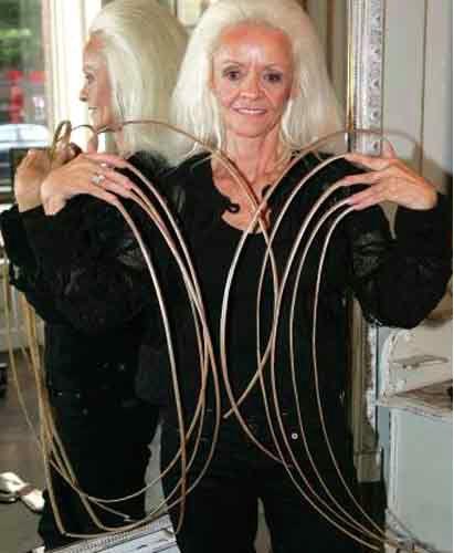 De vrouw met de langste nagels ter wereld was Lee Redmond. Sinds 1979 heeft ze haar nagels niet geknipt, haar langste nagel was langer dan 80 cm! In 2009 zijn al haar nagels afgebroken toen ze een auto ongeluk kreeg.