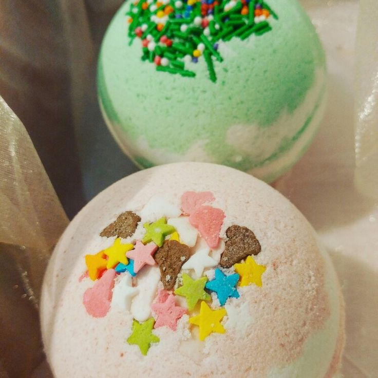 Perfect bath with CHIC Bathbombs. Bubble Gum(pink) Eucalyptus Essential oil (green)