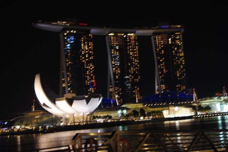 On our very comprehensive around the world tour we also stopped in Singapore. This week included a 3 day 30th birthday celebration for Claes, 24 hours of luxury at MBS, an unexpected visit and making a new friend! I must say that we enjoyed Singapore