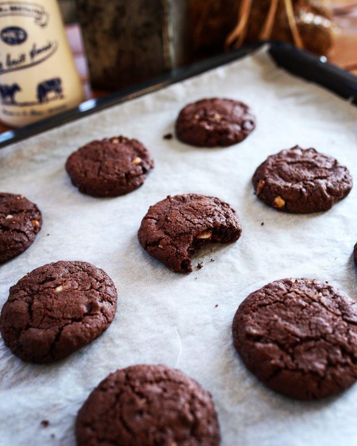 Csokis keksz makadámia dióval és vörös áfonyával • Fördős Zé Magazin