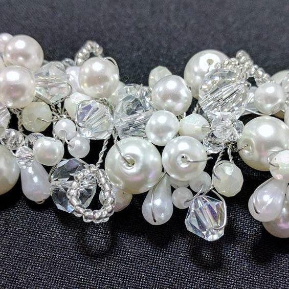 """💎Tocado jazmín en plateado 💎  Laura eligió para su #casamiento el #tocado """"Jazmín"""" hecho por nosotras en cristales, perlas y piedras blancas.  ¡Si te encantó, pedí el tuyo a info@adelaidamercado.com.ar o mercadomakeup@gmail.com !    #tocados #handmade #cristales #perlas #piedras #blanco #accesorio #adelaidamakeup #hair #bride #brides #novia #novias #iglesia #fiesta #wedding"""