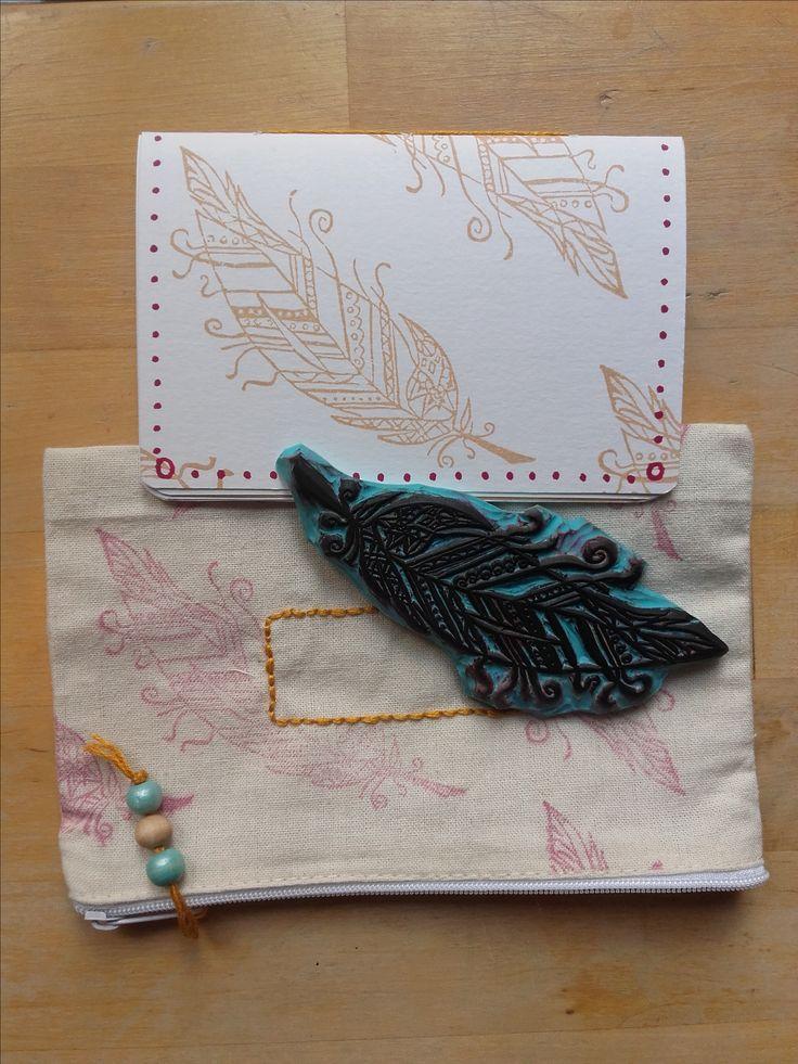 Aout : attrapp-rêve. Super à la bourre, voici mon tampon plume.... au début je voulais en faire des découpes à colorier.... et puis j'ai enfin tenté le textile !!! C'est ce que j'ai envoyé à Fleurie pour le défi épistolaire de l'été... en automne :(