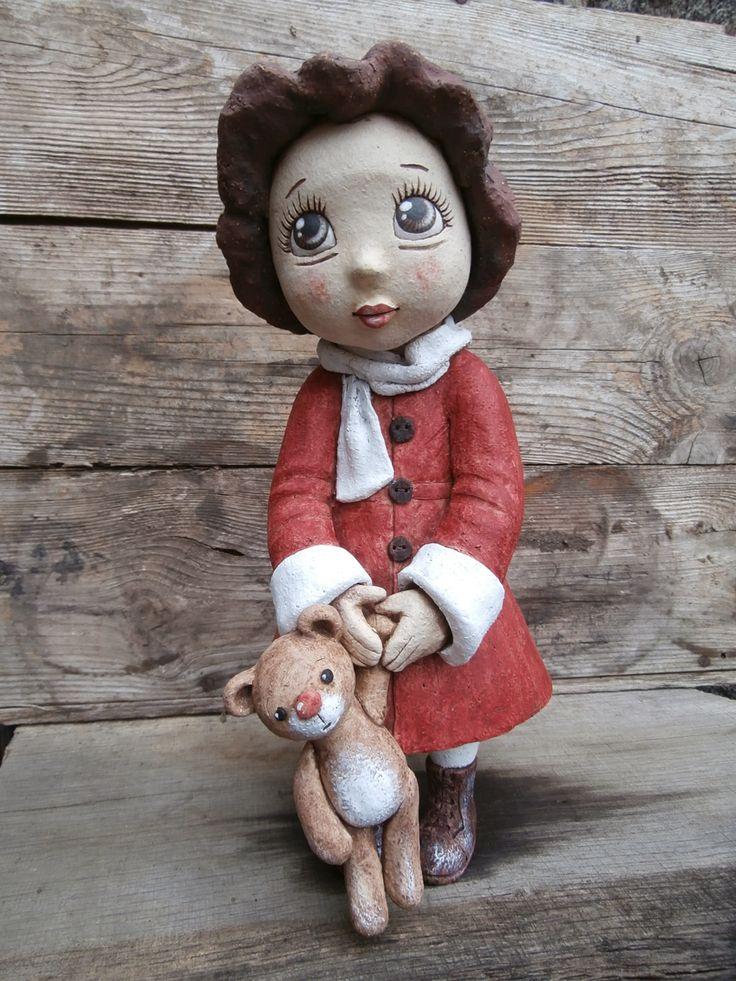 Malá+brunetka+v+červeném+kabátku+Originální+soška,+výška+33+cm+Stejnou+nebudu+znovu+vyrábět,+jen+tento+1+kus