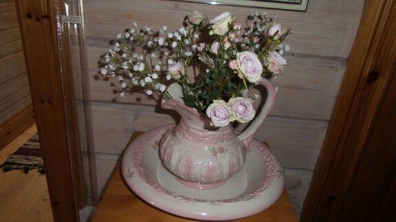 Tvättfat och kanna med ljuvliga blommor, köpte blommorna  på pigkammaren