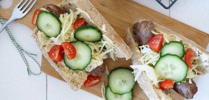 Broodjes met worst, witte kool en hummus