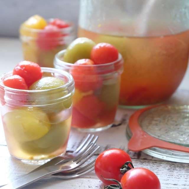 カラフルなミニトマトのコンポート 最近はスーパーなどでもいろんな色のミニトマトを見かけることが多くなりました。赤、黄色、オレンジ、緑なんかも売ってるときがありますね。