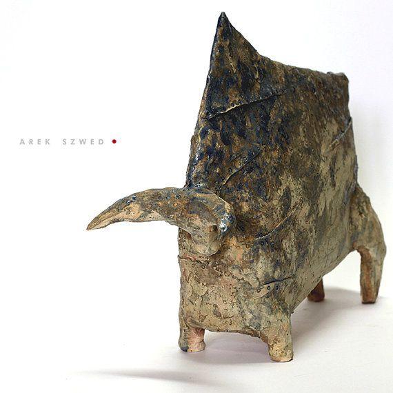 Keramik Skulptur. Handbuilt mit leicht rau Schamotte Ton. Mit Glasur überzogen. Elektrisch auf 1060 C Grad hoch-abgefeuert. Höhe: 24 cm, Länge: 32 cm.
