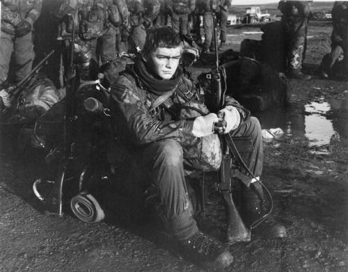 """LAS MALVINAS, 1982 - Desde el Museo Imperial de la Guerra: """"Un agotado Royal Marine de 45 Royal Marine Commando con su rifle SLR y 140 libras paquete descansa en Puerto Stanley después de completar una notable marcha 40 millas a través de la Isla. La ruta de la costa oeste hasta el este tomó la Marina Real a través de pantanos y montañas, incluido marcha la noche y fue en ese momento la marcha más larga en su totalidad kit en la historia de la fuerza de Comando. """"(Imperial War Museum)"""