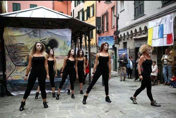 26/10/2013       365 suicidi atto primo,  il corpo di ballo della scuola di danza LA PUNTA DI GENOVA.