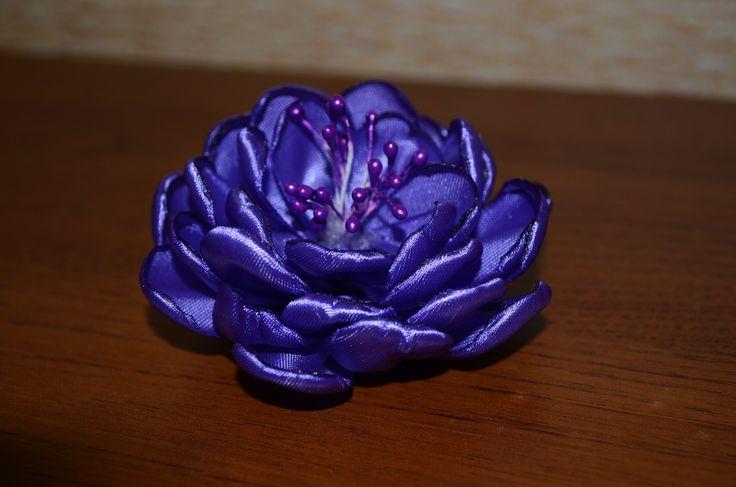 Красивый цветок, просто и легко повторить из ленты ширеной 2,5 см. Минимум затрат.