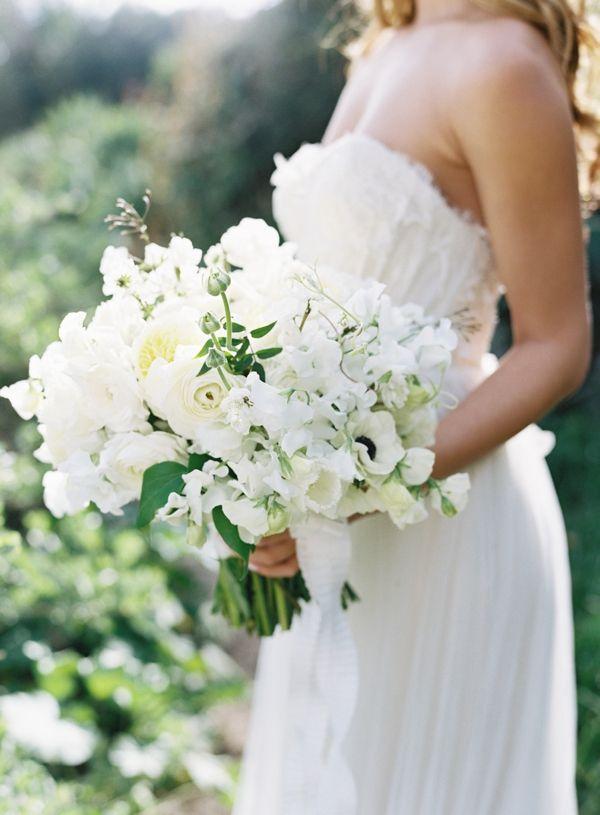 Buquê de #noiva branco feito com rosas, ervilhas de cheiro e anêmonas.