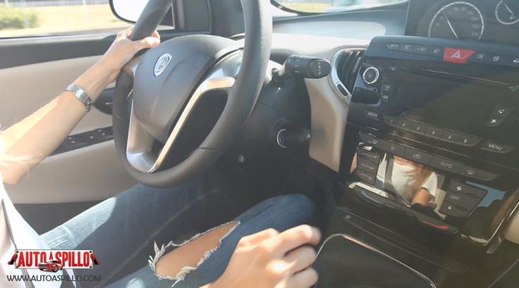Lancia Ypsilon 5 porte. http://www.youtube.com/watch?v=0o_mtT8jKFE [Video] La mamma racer Alessandra Rossi con la nuova Lancia Y 5 porte, in un particolarissimo test drive! Che cosa cerca in un'auto una donna che è mamma, ma anche appassionata di motori? Praticità, comfort, sicurezza, ma anche prestazioni brillanti, una buona ripresa e un'accelerazione che le permetta di scattare nel traffico cittadino.