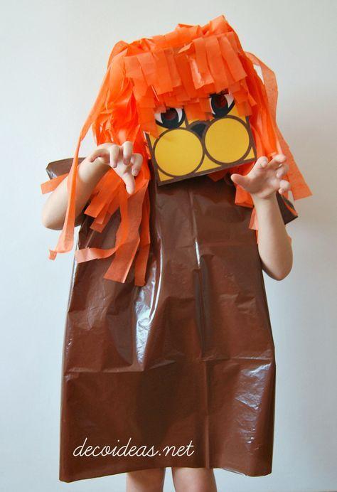 Disfraz de León realizado con bolsa de basura, caja de zapatos y papel de seda...