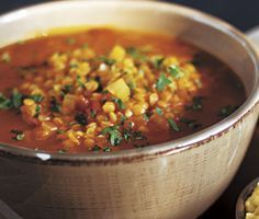 Låt orientaliska dofter sprida sig i köket med denna enkelt tillagade linssoppa. Med varma och heta smaker av kanel, spiskummin, paprika och kajennpeppar blir denna orientaliska linssoppa fantastiskt smakrik!