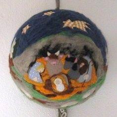 Presepe in lana cardata e patchwork su mezza sfera di polistirolo