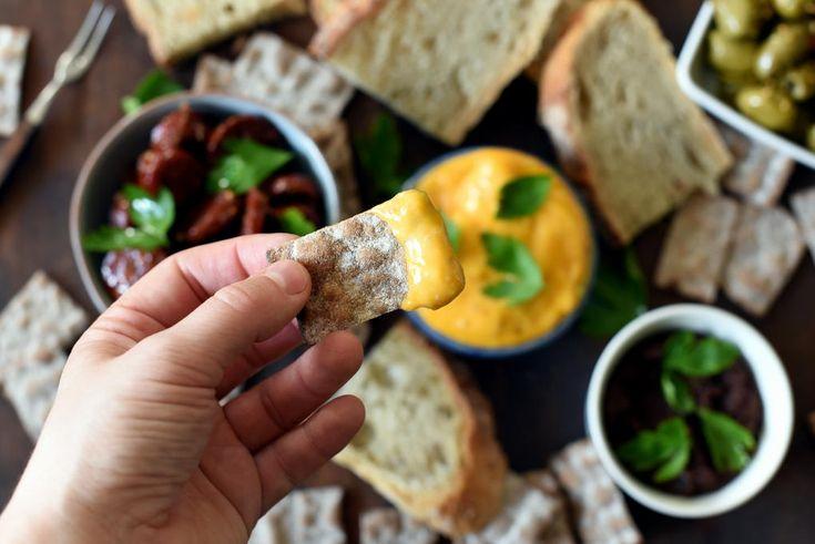 Chorizoaioli er smakssatt med stekesjy fra chorizopølse. Aiolien får derfor en stilig farge og den er skikkelig deilig på smak.