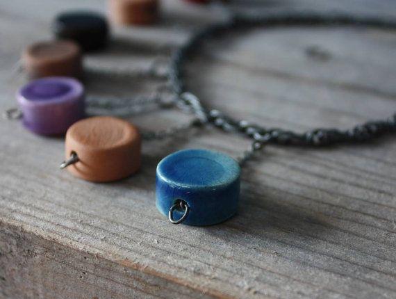 Girocollo con pendenti a pastiglia in ceramica di NidaCeramiche