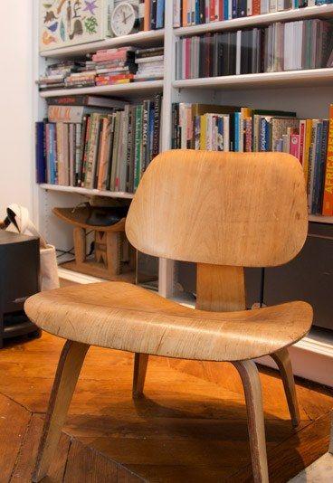 Eames - LCW Stuhl - Plywood Group-Kollektion - Massato - Starfriseur - Frisör in Paris - Was für ein Fang: Eames-Fan Massato hat es sogar geschafft, sich ein Originalwerk des US-Designers zu beschaffen: Dieser LCW Stuhl ist der ganze Stolz des Starfrisörs...