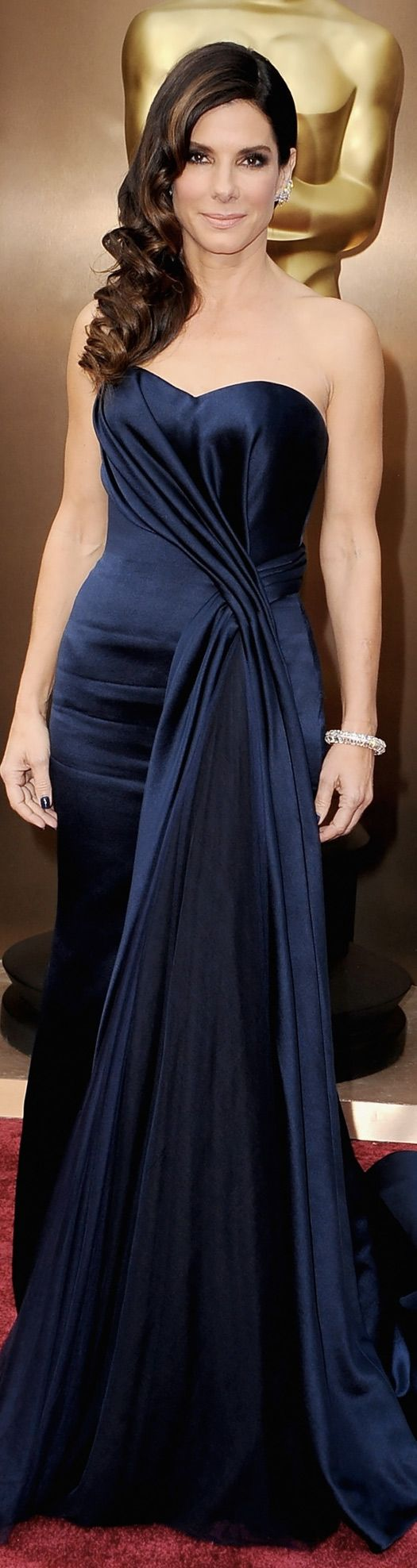 Ein Klassiker unter den Oscarfrisuren wurde es dieses Jahr für Sandra Bullock - große luxeriöse Locken zur Seite gelegt. #Oscars2014