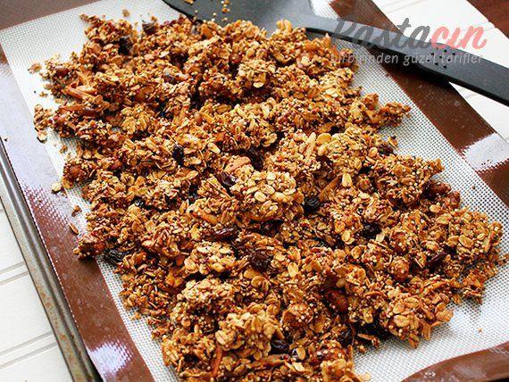 Sabah kahvaltılarını daha keyifli, besleyici ve sağlıklı hale getirmek için muhteşem bir yiyecek: Granola Tarifi!