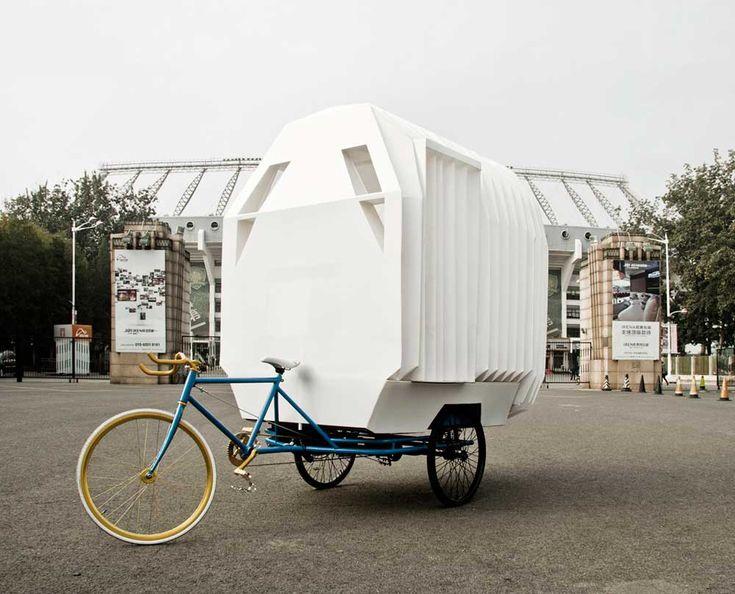 De Tricycle House is een concept van het Chinese People's Architecture Office en People's Industrial Design Office en biedt ruimte aan een wastafel, een bad, een oven, een watertank, meubilair en zelfs een tuintje. Met deze mobiele driewielerwoning wordt op een kunstzinnige manier het vraagstuk van landeigendom aan de orde gesteld. via GBlog