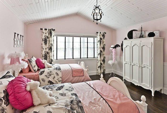 Уютная обстановка спальной для двух дочерей однозначно порадует глаз своим интерьером.