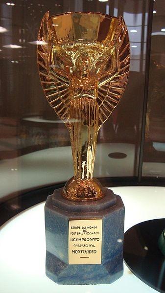 Trofeo bañado en oro instituido por el presidente de la FIFA Jules Rimet para celebrar la primera Copa Mundial de la historia, en el año 1930 en Uruguay. La fotografía fue tomada en el Museo de la Conmebol situado en Luque, Paraguay.