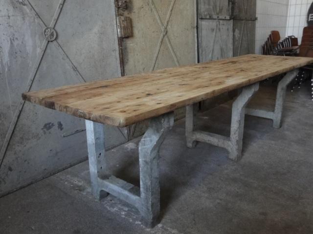 Industriële leeftafel, extra lang. - Stoere eettafel met drie betonnen poten en verweerd houten blad.  Afmetingen: 310lx81bx80h cm.