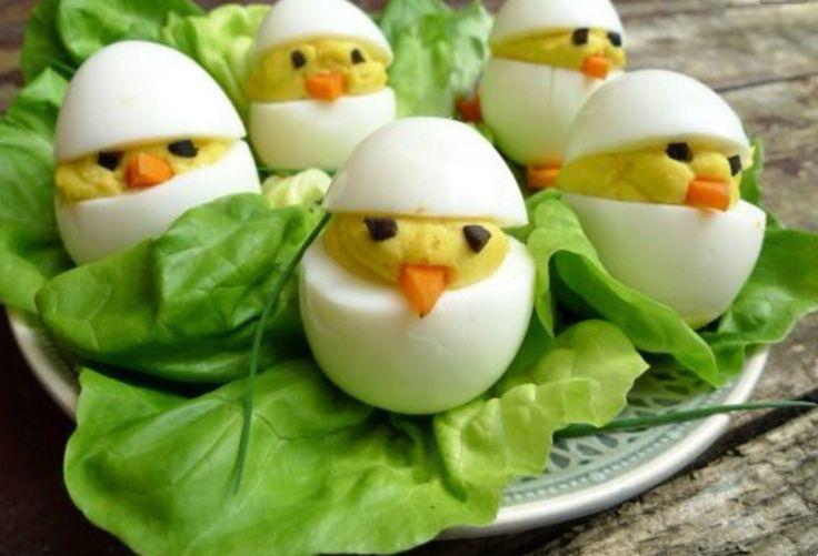 Gevulde eitjes op een bordje met sla.