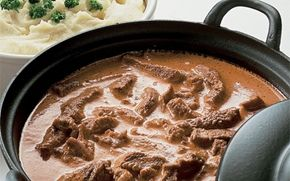 Sorte gryde Sorte gryde i den originale version. I dag ville vi servere grønsager til, fx svampe, løg, selleri eller andre rodfrugter. Og piskefløden kan du skifte ud med madlavningsfløde.