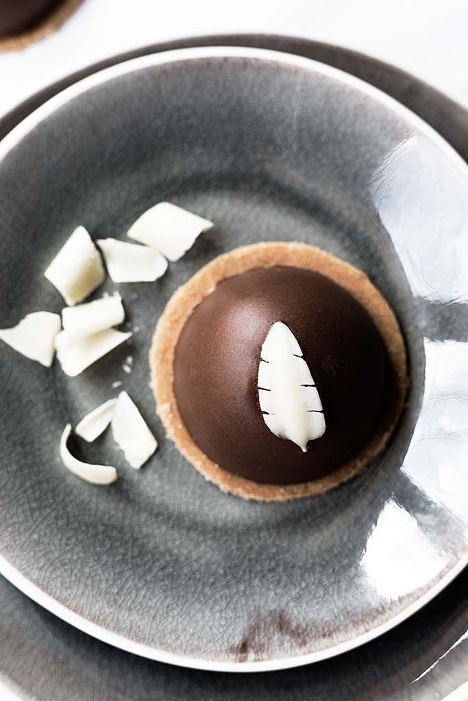 Deliciosas y suaves esferas de mousse de chocolate con corazón de cremoso de chocolate blanco, base de galleta y decorada con