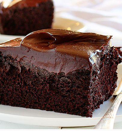 En luftig, supersaftig chokladbotten med läcker chokladganache på toppen!