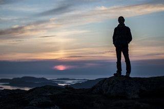 AALESUND, NORUEGA - A primeira coisa que os noruegueses fazem sempre que têm mais do que 15 minutos disponíveis é calçar umas botas e ir dar uma volta a pé, de preferência a subir
