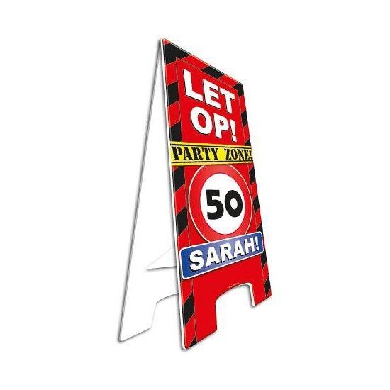 Waarschuwingsbord 50 jaar Sarah. Dit waarschuwingsbord is gemaakt van stevig karton en uitklapbaar. Zet het bord bij de ingang van het verjaardagsfeest en laat iedereen weten dat er een feestje is! Het bord is ongeveer 58 cm hoog.