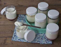 Tous les conseils pour réaliser ses yaourts maison à la yaourtière,quel lait utiliser (lait entier ou demi-écrémé), quel ferment (yaourt du commerce, yaourt d'une fournée précédente ou ferment latcique à yaourt), les temps de conservation, les trucs pour des yaourts moins liquides et mes recettes de yaourt à la vanille, la pistache, la fleur d'oranger, la noix de coco, la confiture, au café...