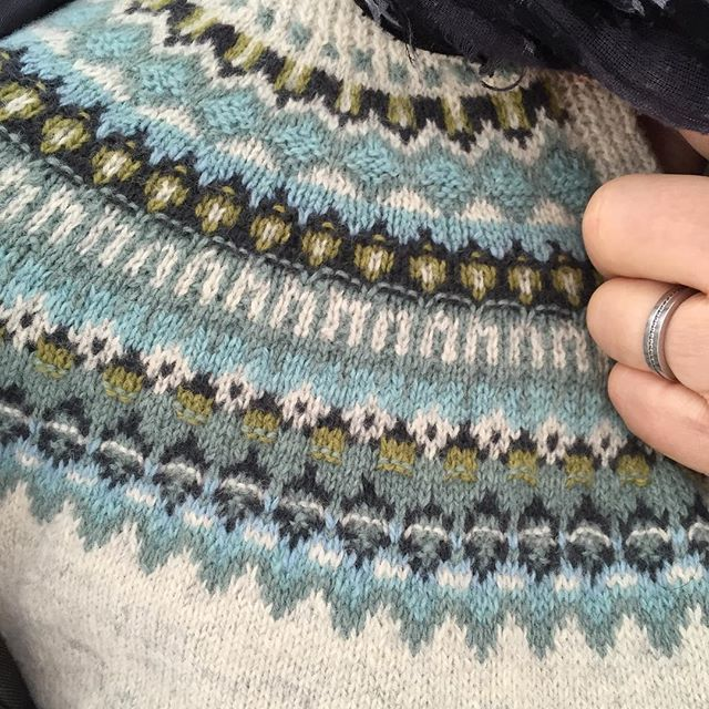 Är det någon som känner igen det här mönstret? Bohuskofta som min svärmor stickat. #bohusstickning