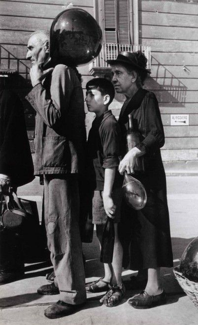 Italy. Queuing for water, Napoli, October, 1943 WWII // Robert Capa